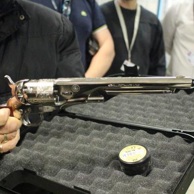 Cadeau pour la première place, un pistolet poudre noir gravé au nom du club